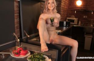 หนังโป๊ฝรั่ง ดาราสาววัยรุ่นสุด SEXY Eva Elfie ช่วยตัวเองในห้องครัว