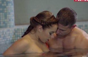 XXX คลิปโป๊ฝรั่ง สองผัวเมียเปลี่ยนบรรยากาศเย็ดกันในสระน้ำ