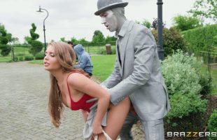 Alessandra Jane ยืนเป็นหุ่นเลยยั่วซะหุ่นทนไม่ไหว
